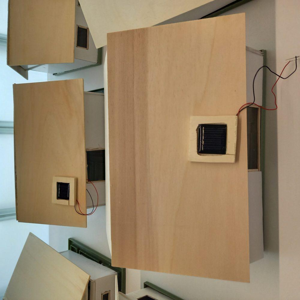 Maketa kuće, 6. razredi, materijal: balza, šperploča, kapafix ploče, solarni panel, led dioda